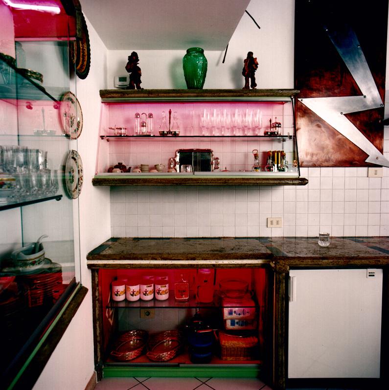 Cucina con vetrina in cemento e vetro - Atelier Chiesa